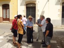 Imatge durant la visita a la Plaça de la Font dels Gossos